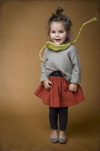 Cómo combinar: bailarinas grises, leggings en gris oscuro, falda naranja, jersey gris