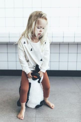 Cómo combinar: leggings en tabaco, jersey blanco