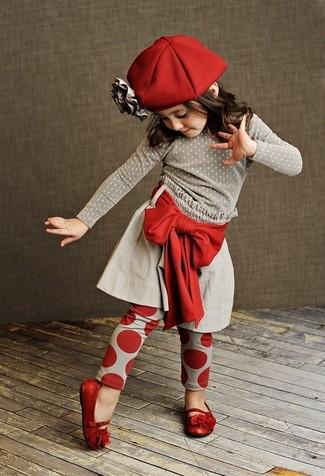 Cómo combinar: bailarinas rojas, leggings rojos, falda gris, jersey gris
