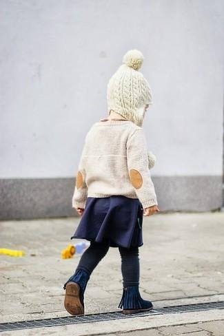 Cómo combinar: botas azul marino, leggings negros, falda azul marino, jersey en beige