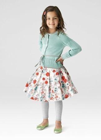 Cómo combinar: bailarinas en amarillo verdoso, leggings grises, falda con print de flores blanca, cárdigan en verde menta