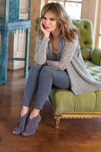 Cómo combinar: botines de ante con recorte grises, leggings grises, jersey con cuello circular de leopardo gris, chaleco de punto gris