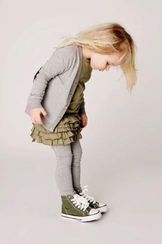 Cómo combinar: zapatillas verde oliva, leggings grises, vestido verde oliva, cárdigan gris