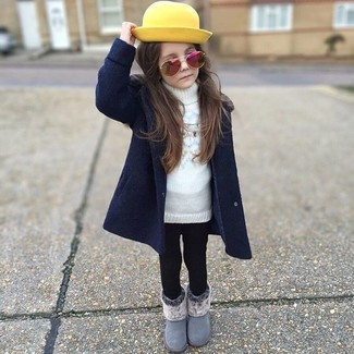 Cómo combinar: botas grises, leggings negros, jersey blanco, abrigo azul marino