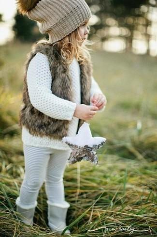 Cómo combinar: botas grises, leggings blancos, jersey blanco, chaleco de pelo marrón