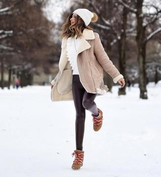 Cómo combinar: botines con cuña de cuero marrónes, leggings de cuero negros, jersey con cuello circular con volante blanco, abrigo de piel de oveja en beige