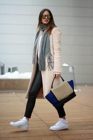 Cómo combinar: zapatillas altas de cuero blancas, leggings de cuero negros, jersey con cuello circular blanco, abrigo en beige