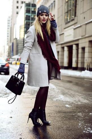 Cómo combinar: botines de cuero negros, leggings de cuero burdeos, jersey con cuello circular azul marino, abrigo gris