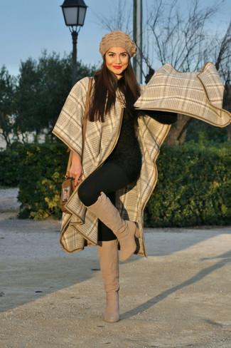 Combinar una boina marrón claro: Casa una capa de tartán en beige junto a una boina marrón claro para un look agradable de fin de semana. Haz botas de caña alta de ante en beige tu calzado para destacar tu lado más sensual.