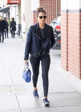 Combinar un bolso de hombre de cuero azul: Una chaqueta de piel de oveja azul marino y un bolso de hombre de cuero azul son una opción incomparable para el fin de semana. Si no quieres vestir totalmente formal, haz deportivas azul marino tu calzado.