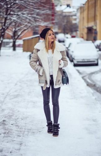 Combinar una chaqueta de piel de oveja en beige: Si eres el tipo de chica de jeans y camiseta, te va a gustar la combinación de una chaqueta de piel de oveja en beige y unos leggings negros. Zapatillas altas de cuero negras son una opción excelente para complementar tu atuendo.