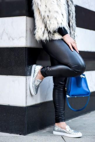 Combinar un bolso de hombre de cuero azul: Considera ponerse una chaqueta de piel blanca y un bolso de hombre de cuero azul transmitirán una vibra libre y relajada. ¿Te sientes valiente? Elige un par de mocasín de lentejuelas plateados.