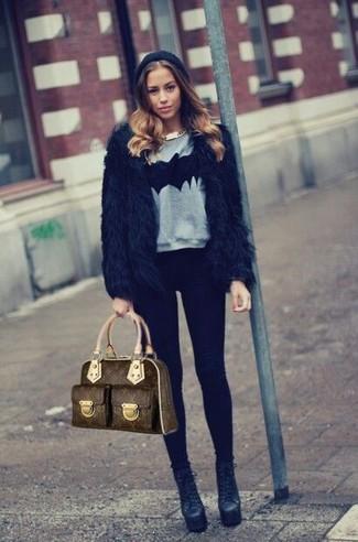 Cómo combinar: botines de cuero negros, leggings negros, jersey con cuello circular estampado gris, chaqueta de piel negra