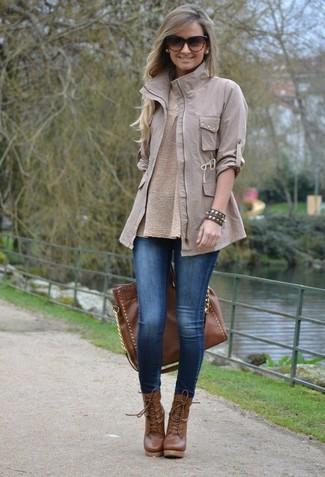 Cómo combinar: botines con cordones de cuero marrónes, leggings vaqueros azules, jersey con cuello circular en beige, chaqueta militar gris