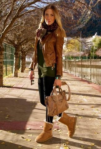 Cómo combinar: botas ugg marrón claro, leggings negros, jersey con cuello circular verde oliva, chaqueta motera de cuero marrón