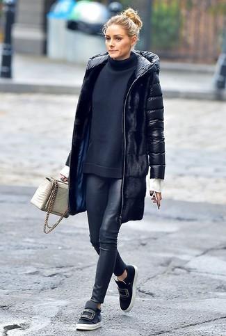 Cómo combinar: zapatillas slip-on de cuero con adornos negras, leggings de cuero negros, jersey de cuello alto negro, abrigo de plumón negro