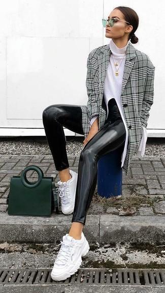 Combinar un abrigo de tartán gris estilo casuale: Haz de un abrigo de tartán gris y unos leggings de cuero negros tu atuendo para lidiar sin esfuerzo con lo que sea que te traiga el día. Si no quieres vestir totalmente formal, elige un par de deportivas blancas.