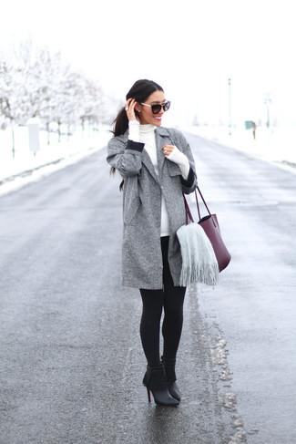 Cómo combinar: botines de cuero сon flecos negros, leggings negros, jersey de cuello alto blanco, abrigo gris