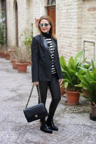Cómo combinar: botines chelsea de cuero negros, leggings de cuero negros, jersey de cuello alto de rayas horizontales en negro y blanco, blazer negro