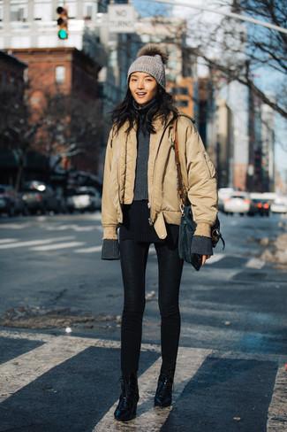 Cómo combinar: botines con cordones de cuero negros, leggings negros, jersey de cuello alto de lana en gris oscuro, cazadora de aviador marrón claro