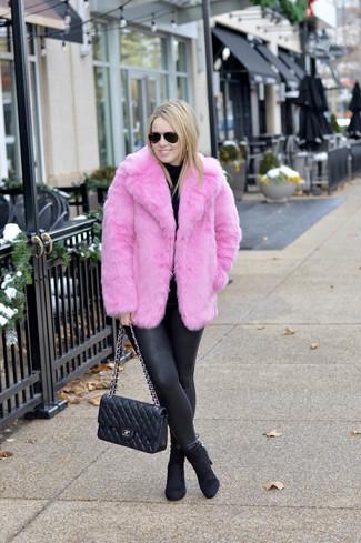 Cómo combinar: botines de ante negros, leggings de cuero negros, jersey de cuello alto negro, chaqueta de piel rosa