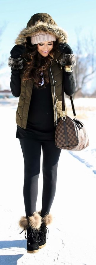 Cómo combinar: botines con cordones de ante negros, leggings negros, jersey de cuello alto negro, chaqueta sin mangas acolchada verde oliva