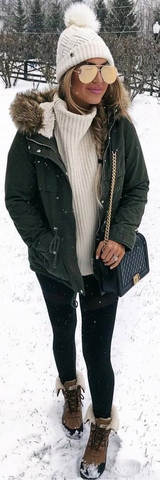 Combinar unas gafas de sol doradas: Una parka verde oscuro y unas gafas de sol doradas son una opción perfecta para el fin de semana. Con el calzado, sé más clásico y usa un par de botas para la nieve marrónes.