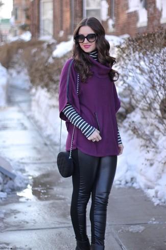 Cómo combinar: botines de cuero negros, leggings de cuero negros, jersey de cuello alto de rayas horizontales en blanco y negro, poncho morado