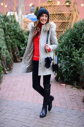 Combinar unos leggings negros: Una trenca gris y unos leggings negros son una opción práctica para el fin de semana. Agrega botas de caña alta de cuero negras a tu apariencia para un mejor estilo al instante.