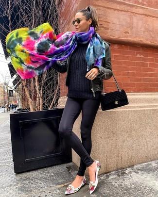 Cómo combinar: mocasín de cuero con print de flores blancos, leggings negros, jersey de ochos negro, cazadora de aviador de cuero negra