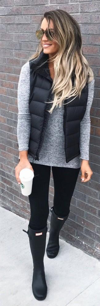 Combinar una chaqueta sin mangas acolchada negra: Haz de una chaqueta sin mangas acolchada negra y unos leggings negros tu atuendo transmitirán una vibra libre y relajada. Si no quieres vestir totalmente formal, opta por un par de botas de lluvia negras.