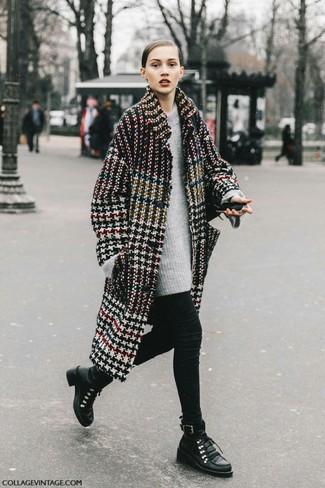 Cómo combinar: botas planas con cordones de cuero negras, leggings negros, jersey oversized gris, abrigo de pata de gallo en multicolor