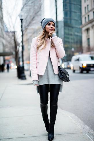 Cómo combinar: botines de cuero negros, leggings de cuero negros, jersey oversized de punto gris, chaqueta motera rosada