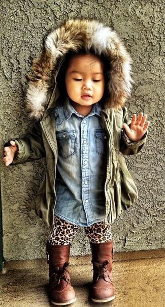 Cómo combinar: botas marrónes, leggings de leopardo marrón claro, camisa de vestir vaquera celeste, chaqueta verde oliva