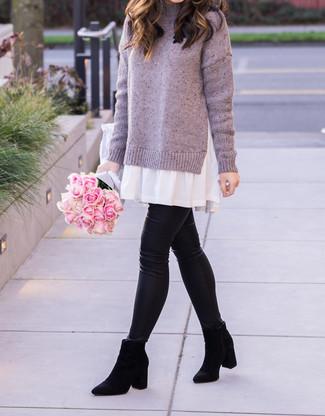 Cómo combinar: botines chelsea de ante negros, leggings de cuero negros, blusa sin mangas blanca, jersey de cuello alto violeta claro