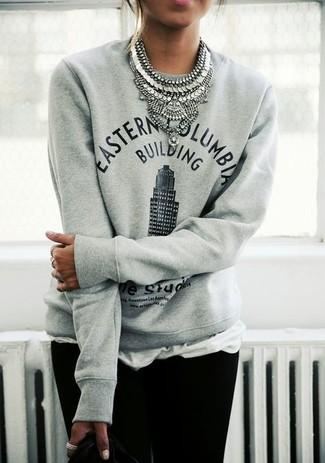 Combinar un collar plateado: Usa un jersey con cuello circular estampado gris y un collar plateado transmitirán una vibra libre y relajada.