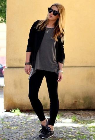 Cómo combinar: deportivas negras, leggings negros, camiseta con cuello circular gris, cárdigan abierto negro