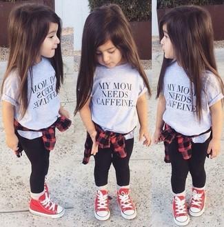 Cómo combinar: zapatillas rojas, leggings negros, camiseta gris, camisa de vestir roja