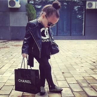 Cómo combinar: bailarinas negras, leggings negros, camiseta negra, chaqueta de cuero negra