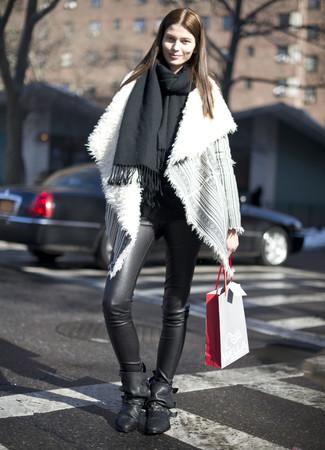 Cómo combinar: botines de cuero negros, leggings de cuero negros, chaqueta de piel de oveja gris, chal negro