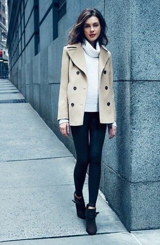 Cómo combinar: botines de ante negros, leggings negros, jersey con cuello vuelto holgado blanco, chaquetón en beige