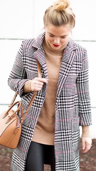 Cómo combinar: bolso bandolera de cuero marrón claro, leggings de cuero negros, jersey de cuello alto de punto marrón claro, abrigo de pata de gallo en blanco y negro