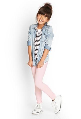Cómo combinar: zapatillas blancas, leggings rosados, camiseta de rayas horizontales en blanco y azul marino, camisa de vestir vaquera celeste