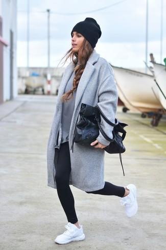 Cómo combinar: deportivas blancas, leggings negros, sudadera gris, abrigo gris