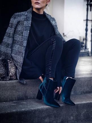 Cómo combinar: botines de terciopelo en verde azulado, leggings negros, sudadera negra, blazer de lana de tartán gris
