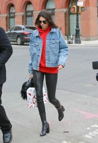 Cómo combinar: botas a media pierna de cuero negras, leggings de cuero negros, sudadera con capucha roja, chaqueta vaquera celeste