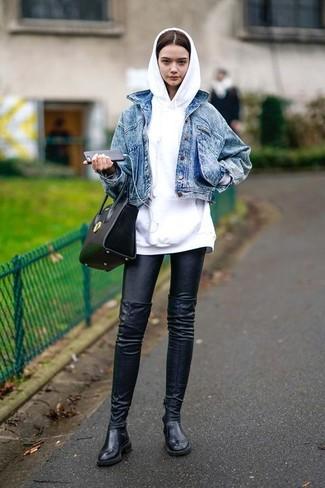 Cómo combinar: botas sobre la rodilla de cuero negras, leggings de cuero negros, sudadera con capucha blanca, chaqueta vaquera azul