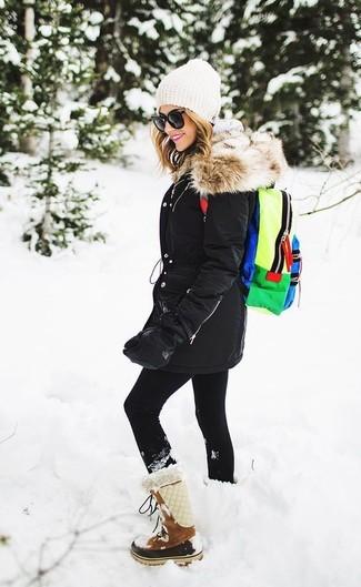 Cómo combinar: botas para la nieve de ante marrónes, leggings negros, sudadera con capucha gris, parka negra