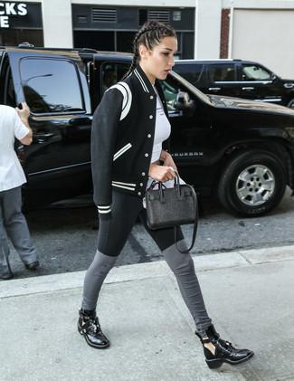 Cómo combinar: botines de cuero con recorte negros, leggings negros, top corto blanco, cazadora de aviador en negro y blanco