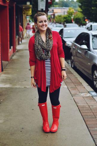 Combinar una bufanda de leopardo marrón: Casa un cárdigan abierto rojo junto a una bufanda de leopardo marrón para un look agradable de fin de semana. ¿Quieres elegir un zapato informal? Usa un par de botas de lluvia rojas para el día.